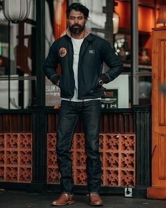Moda uomo anni 40: Per creare un adatto a un pranzo con gli amici nel weekend indossa un giubbotto bomber ricamato nero con jeans neri. Sfodera il gusto per le calzature di lusso e prova con un paio di stivali chelsea in pelle marroni.