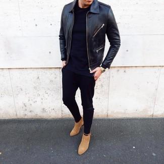 Come indossare e abbinare: giubbotto bomber in pelle nero, t-shirt manica lunga blu scuro, chino neri, stivali chelsea in pelle scamosciata marrone chiaro