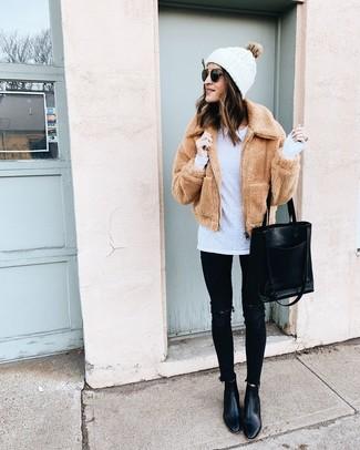Come indossare: giubbotto bomber di pile marrone chiaro, t-shirt manica lunga bianca, jeans aderenti strappati neri, stivaletti in pelle neri