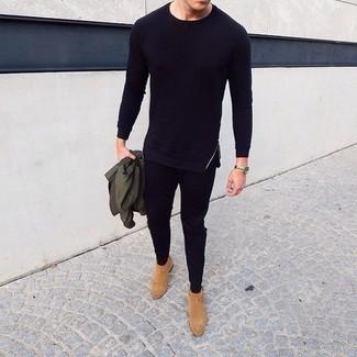 Come indossare e abbinare: giubbotto bomber verde oliva, t-shirt manica lunga nera, pantaloni sportivi neri, stivali chelsea in pelle scamosciata marrone chiaro