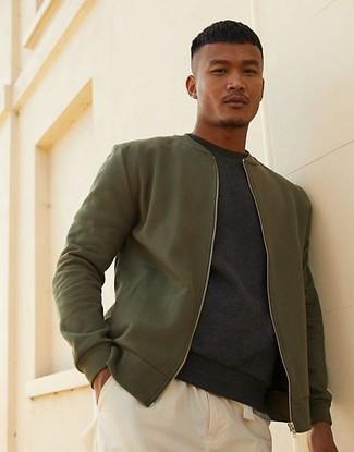 Come indossare e abbinare: giubbotto bomber verde oliva, felpa grigio scuro, chino beige
