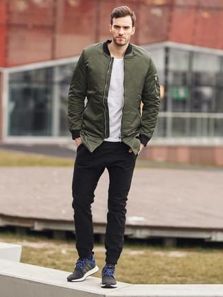 Trend da uomo in primavera 2020: Punta su un giubbotto bomber verde oliva e jeans neri per un fantastico look da sfoggiare nel weekend. Per distinguerti dagli altri, indossa un paio di scarpe sportive nere. Conquesto outfitprimaverile non puoi sbagliare, garantito.