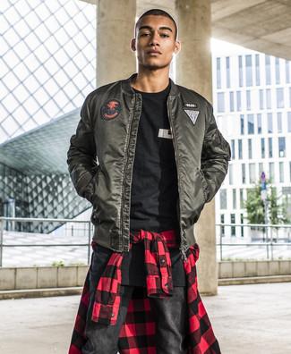 Come indossare e abbinare: giubbotto bomber verde scuro, camicia a maniche lunghe a quadretti rossa e nera, t-shirt girocollo stampata nera e bianca, jeans neri