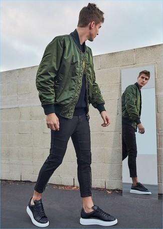 Moda uomo anni 20: Per creare un adatto a un pranzo con gli amici nel weekend opta per un giubbotto bomber verde scuro e jeans aderenti neri. Sneakers basse in pelle nere sono una gradevolissima scelta per completare il look.