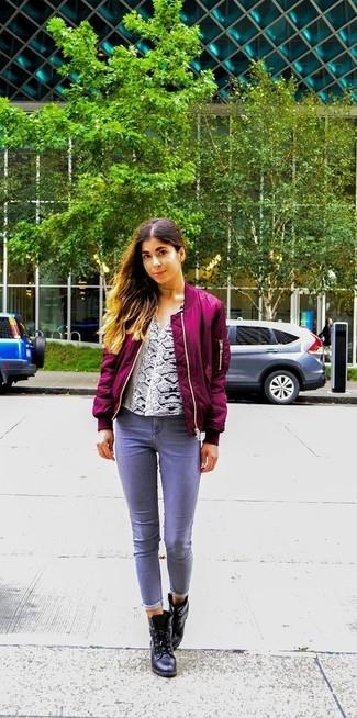 Come indossare: giubbotto bomber viola melanzana, camicetta manica lunga con stampa serpente bianca, jeans grigi, stivaletti in pelle neri