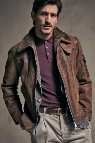 Come indossare: giubbotto in shearling marrone scuro, blazer a quadretti grigio, polo bordeaux, jeans di velluto a coste beige