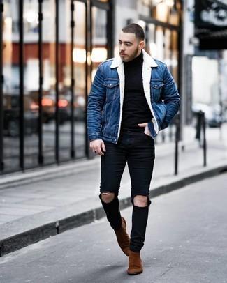 Come indossare e abbinare un giubbotto in shearling di jeans blu: Per un outfit della massima comodità, indossa un giubbotto in shearling di jeans blu e jeans aderenti strappati neri. Scegli uno stile classico per le calzature e opta per un paio di stivali chelsea in pelle scamosciata marroni.
