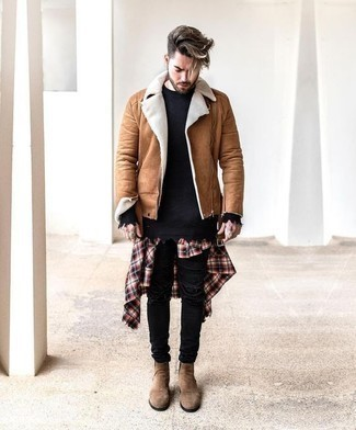 Come indossare e abbinare jeans aderenti strappati neri: Prova a combinare un giubbotto in shearling marrone chiaro con jeans aderenti strappati neri per un outfit rilassato ma alla moda. Prova con un paio di stivali chelsea in pelle scamosciata marrone chiaro per dare un tocco classico al completo.