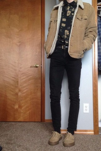 Come indossare e abbinare: giubbotto in shearling marrone chiaro, camicia a maniche lunghe a fiori nera, jeans aderenti neri, sneakers basse beige