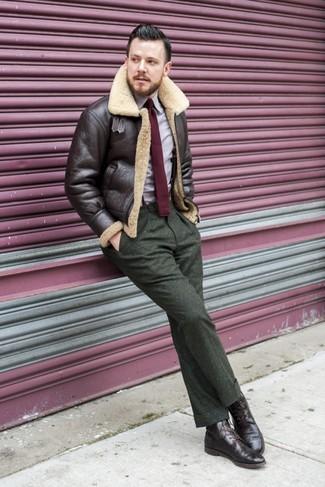 Come indossare: giubbotto in shearling marrone scuro, camicia a maniche lunghe viola chiaro, pantaloni eleganti di lana verde oliva, stivaletti brogue in pelle marrone scuro