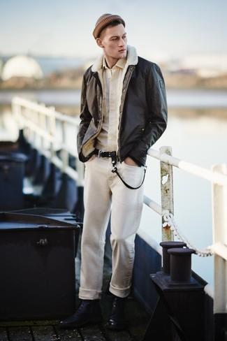 Come indossare: giubbotto in shearling marrone scuro, camicia a maniche lunghe beige, t-shirt girocollo bianca, jeans beige