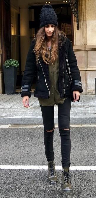 Come indossare giubbotto in shearling nero, camicia elegante verde oliva,  jeans aderenti strappati