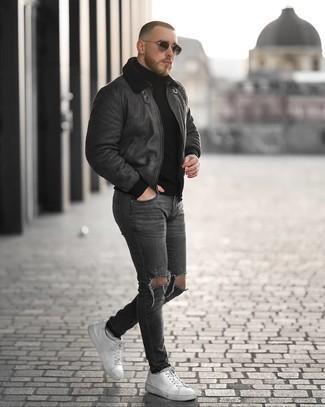 Come indossare e abbinare jeans aderenti strappati grigio scuro: Mostra il tuo stile in un giubbotto in shearling grigio scuro con jeans aderenti strappati grigio scuro per un'atmosfera casual-cool. Abbellisci questo completo con un paio di sneakers basse in pelle bianche.
