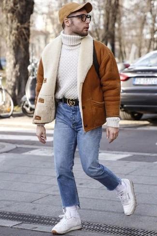 Come indossare e abbinare calzini bianchi: Indossa un giubbotto in shearling terracotta con calzini bianchi per un look perfetto per il weekend. Scegli un paio di sneakers basse in pelle bianche come calzature per mettere in mostra il tuo gusto per le scarpe di alta moda.