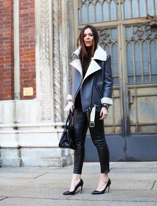 Come indossare e abbinare: giubbotto in shearling nero e bianco, dolcevita nero, pantaloni skinny in pelle neri, décolleté in pelle neri