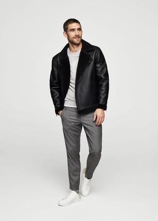Come indossare e abbinare: giubbotto in shearling nero, felpa grigia, pantaloni eleganti grigi, sneakers basse in pelle bianche