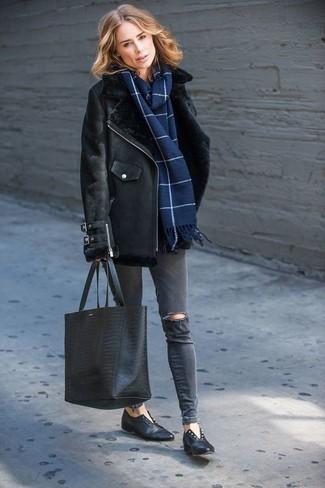 Come indossare: giubbotto in shearling nero, jeans aderenti strappati grigio scuro, mocassini eleganti in pelle neri, borsa shopping in pelle con stampa serpente nera