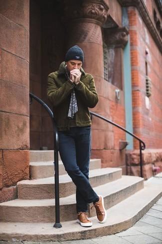 Trend da uomo 2020 in inverno 2021: Abbina un giubbotto in shearling verde oliva con jeans blu scuro per un outfit comodo ma studiato con cura. Sneakers basse in pelle marroni danno un tocco informale al tuo abbigliamento. Ecco un outfit invernale che non deve assolutamente mancare per i mesi invernali.