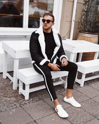 Come indossare e abbinare un maglione a trecce nero: Potresti abbinare un maglione a trecce nero con jeans aderenti neri e bianchi per un look trendy e alla mano. Un paio di sneakers basse in pelle bianche si abbina alla perfezione a una grande varietà di outfit.