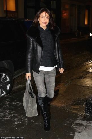 Come indossare: giubbotto in shearling nero, maglione con scollo a cappuccio nero, t-shirt girocollo bianca, jeans grigi