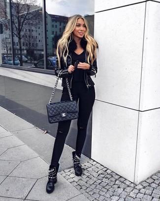 Indossa un giubbotto di shearling in pelle nero con jeans aderenti strappati neri per un look raffinato per il tempo libero. Sfodera il gusto per le calzature di lusso e calza un paio di stivaletti in pelle con borchie neri per donna di Alexander McQueen.