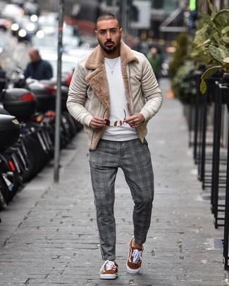 Come indossare e abbinare: giubbotto in shearling beige, maglione girocollo bianco, chino scozzesi grigi, sneakers basse in pelle scamosciata terracotta