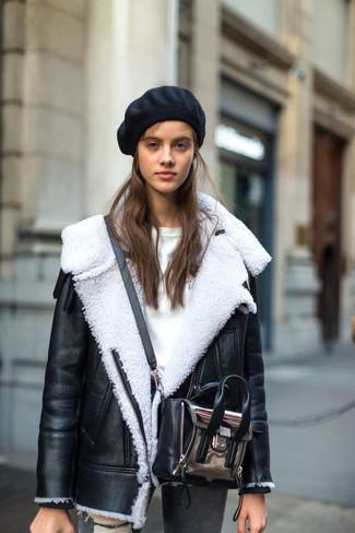 La versatilità di un giubbotto di shearling nero e bianco e un berretto nero per donna di Eugenia Kim li rende capi in cui vale la pena investire.