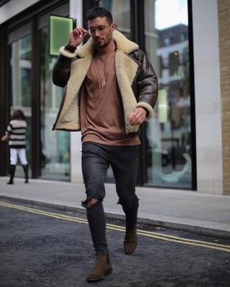 Come indossare e abbinare: giubbotto in shearling marrone scuro, maglione girocollo marrone, jeans aderenti strappati neri, stivali chelsea in pelle scamosciata marrone scuro
