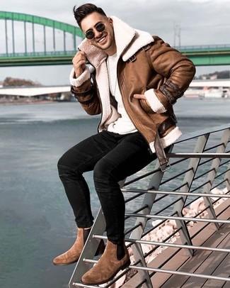 Come indossare e abbinare jeans aderenti neri: Abbina un giubbotto in shearling marrone con jeans aderenti neri per un look semplice, da indossare ogni giorno. Sfodera il gusto per le calzature di lusso e opta per un paio di stivali chelsea in pelle scamosciata marroni.