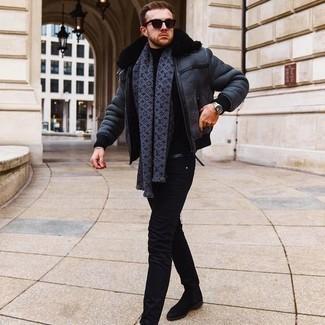 Come indossare e abbinare un maglione girocollo nero: Prova a combinare un maglione girocollo nero con jeans aderenti neri per un look trendy e alla mano. Un paio di stivali chelsea in pelle scamosciata neri darà un tocco di forza e virilità a ogni completo.