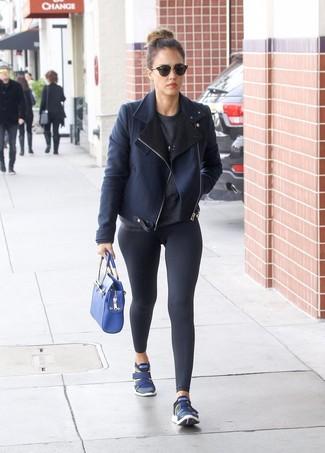 Come indossare: giubbotto in shearling blu scuro, maglione girocollo grigio scuro, leggings neri, scarpe sportive blu scuro
