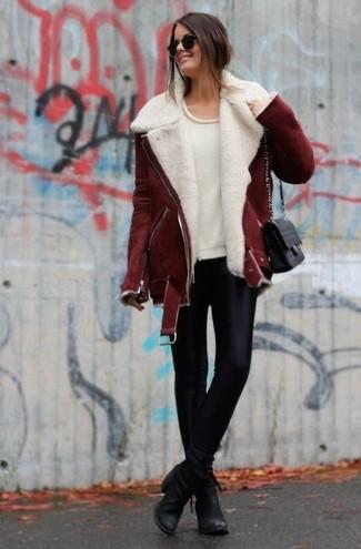 Un giubbotto di shearling bordeaux e leggings in pelle neri per essere spensierata e alla moda. Mettiti un paio di stivaletti in pelle neri per mettere in mostra il tuo gusto per le scarpe di alta moda.