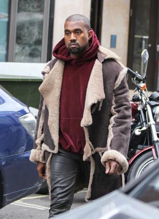 Come indossare: giubbotto in shearling marrone scuro, felpa con cappuccio di velluto bordeaux, jeans in pelle neri