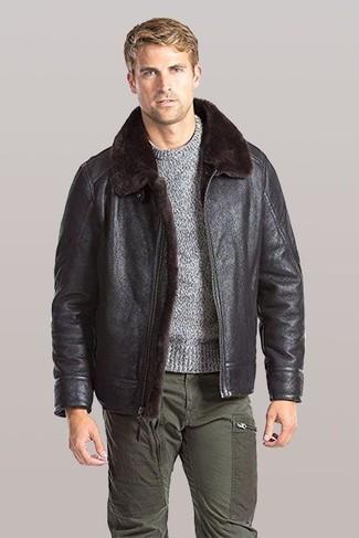 Come indossare e abbinare: giubbotto in shearling marrone scuro, maglione girocollo grigio, pantaloni cargo verde oliva