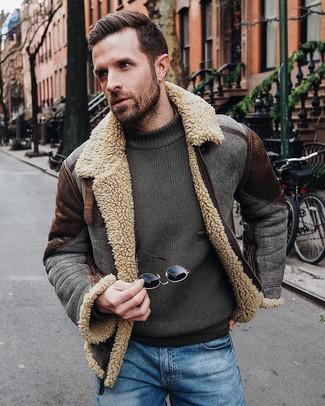 Come indossare e abbinare: giubbotto in shearling marrone scuro, maglione girocollo verde oliva, jeans blu