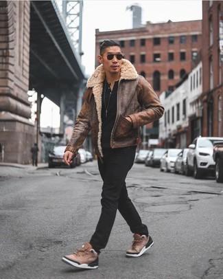 Come indossare e abbinare jeans neri: Mostra il tuo stile in un giubbotto in shearling marrone con jeans neri per un look spensierato e alla moda. Per un look più rilassato, scegli un paio di scarpe sportive marroni.