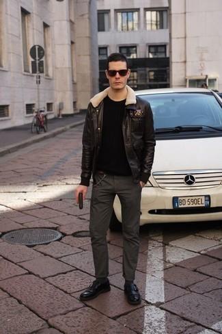 Come indossare e abbinare occhiali da sole neri: Potresti abbinare un giubbotto in shearling marrone scuro con occhiali da sole neri per un look comfy-casual. Sfodera il gusto per le calzature di lusso e calza un paio di mocassini eleganti in pelle con frange neri.
