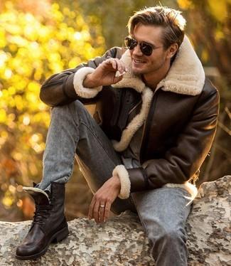 Come indossare: giubbotto in shearling marrone scuro, t-shirt girocollo grigia, jeans aderenti grigi, stivali casual in pelle marrone scuro