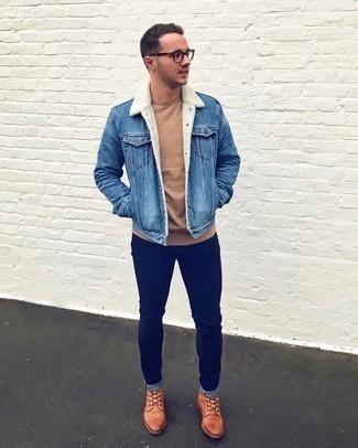 Come indossare e abbinare un giubbotto in shearling di jeans blu: Per un outfit quotidiano pieno di carattere e personalità, metti un giubbotto in shearling di jeans blu e jeans aderenti blu scuro. Scegli un paio di stivali casual in pelle terracotta come calzature per mettere in mostra il tuo gusto per le scarpe di alta moda.