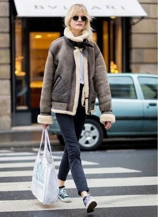 Come indossare e abbinare jeans neri: Prova ad abbinare un giubbotto in shearling marrone con jeans neri per un fantastico look da sfoggiare nel weekend. Sneakers basse di tela nere e bianche danno un tocco informale al tuo abbigliamento.