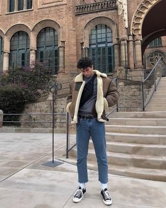 Come indossare e abbinare sneakers basse di tela nere e bianche: Scegli un outfit composto da un giubbotto in shearling marrone e jeans blu per un look raffinato per il tempo libero. Opta per un paio di sneakers basse di tela nere e bianche per un tocco più rilassato.