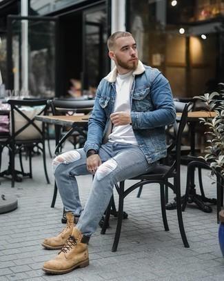 Come indossare e abbinare un giubbotto in shearling di jeans blu: Indossa un giubbotto in shearling di jeans blu e jeans strappati azzurri per un look perfetto per il weekend. Non vuoi calcare troppo la mano con le scarpe? Indossa un paio di stivali da lavoro in pelle marrone chiaro per la giornata.