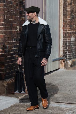 Come indossare e abbinare: giubbotto in shearling nero e bianco, t-shirt girocollo nera, pantaloni eleganti neri, scarpe brogue in pelle marrone chiaro