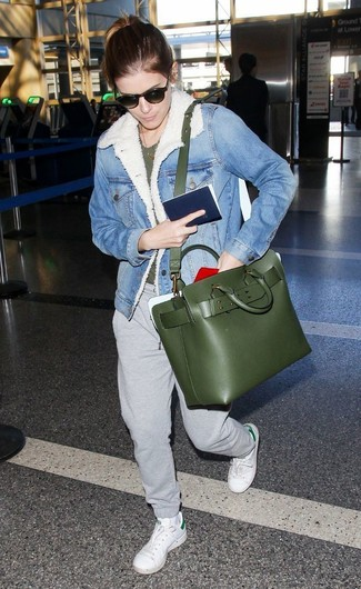 Come indossare e abbinare: giubbotto in shearling di jeans azzurro, t-shirt girocollo verde scuro, pantaloni sportivi grigi, sneakers basse in pelle bianche