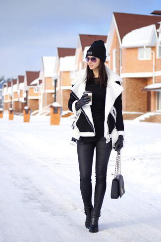 Indossa un giubbotto di shearling nero e bianco e jeans aderenti in pelle neri per creare un look raffinato e glamour. Scegli uno stile classico per le calzature e opta per un paio di stivaletti in pelle neri.