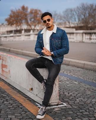 Come indossare e abbinare un giubbotto in shearling di jeans blu: Scegli un giubbotto in shearling di jeans blu e jeans aderenti grigio scuro per un look spensierato e alla moda. Non vuoi calcare troppo la mano con le scarpe? Opta per un paio di sneakers alte di tela nere e bianche per la giornata.