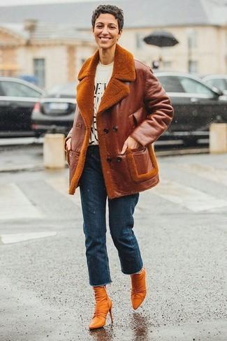 Come indossare e abbinare stivaletti in pelle terracotta: Abbina un giubbotto in shearling terracotta con jeans blu scuro per creare un look raffinato e glamour. Stivaletti in pelle terracotta sono una gradevolissima scelta per completare il look.