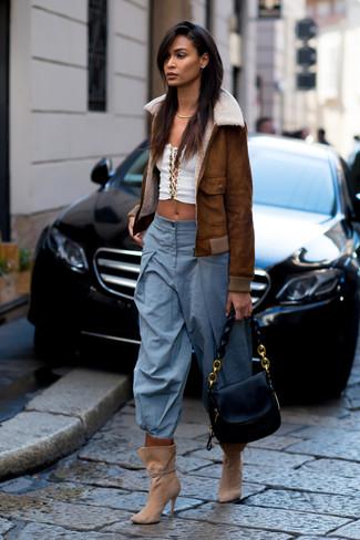 Come indossare: giubbotto in shearling marrone, top corto bianco, pantaloni larghi azzurri, stivaletti in pelle scamosciata marrone chiaro