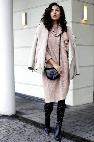 Come indossare: giubbotto in shearling beige, vestito di maglia lavorato a maglia beige, stivaletti in pelle neri, borsa a tracolla in pelle nera