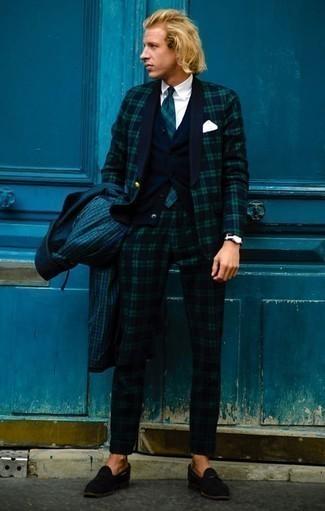 Come indossare e abbinare un abito scozzese blu scuro e verde: Potresti combinare un abito scozzese blu scuro e verde con un impermeabile a quadri verde scuro per creare un look smart casual. Sfodera il gusto per le calzature di lusso e scegli un paio di mocassini con nappine in pelle scamosciata neri.